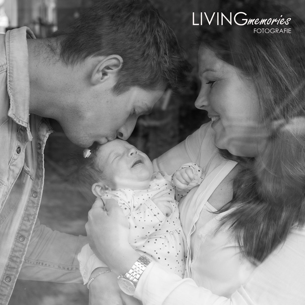 Newbornfotoshoot aan het raam Zevenhoven_LIVINGmemories fotografie
